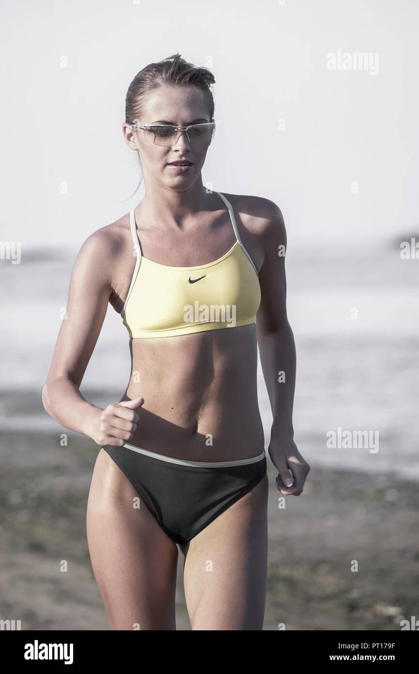 Femme marche sur la plage (modèle récent) Photo Stock