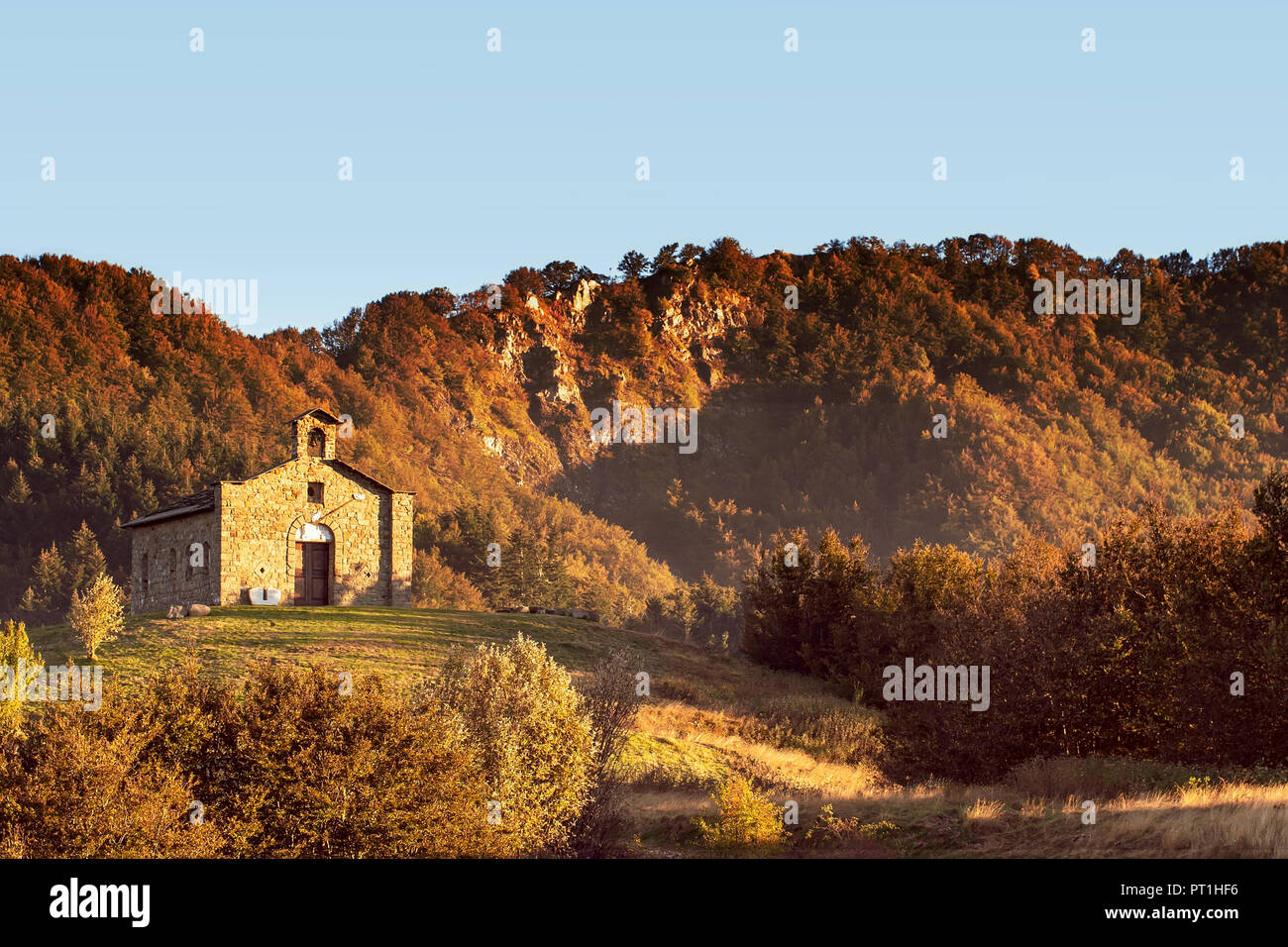 Église sur le Passo del Cirone, mountain pass dans les Apennins, en Italie. C 1240 mètres au-dessus du niveau de la mer. Soirée d'automne, automne, heure d'or. Photo Stock