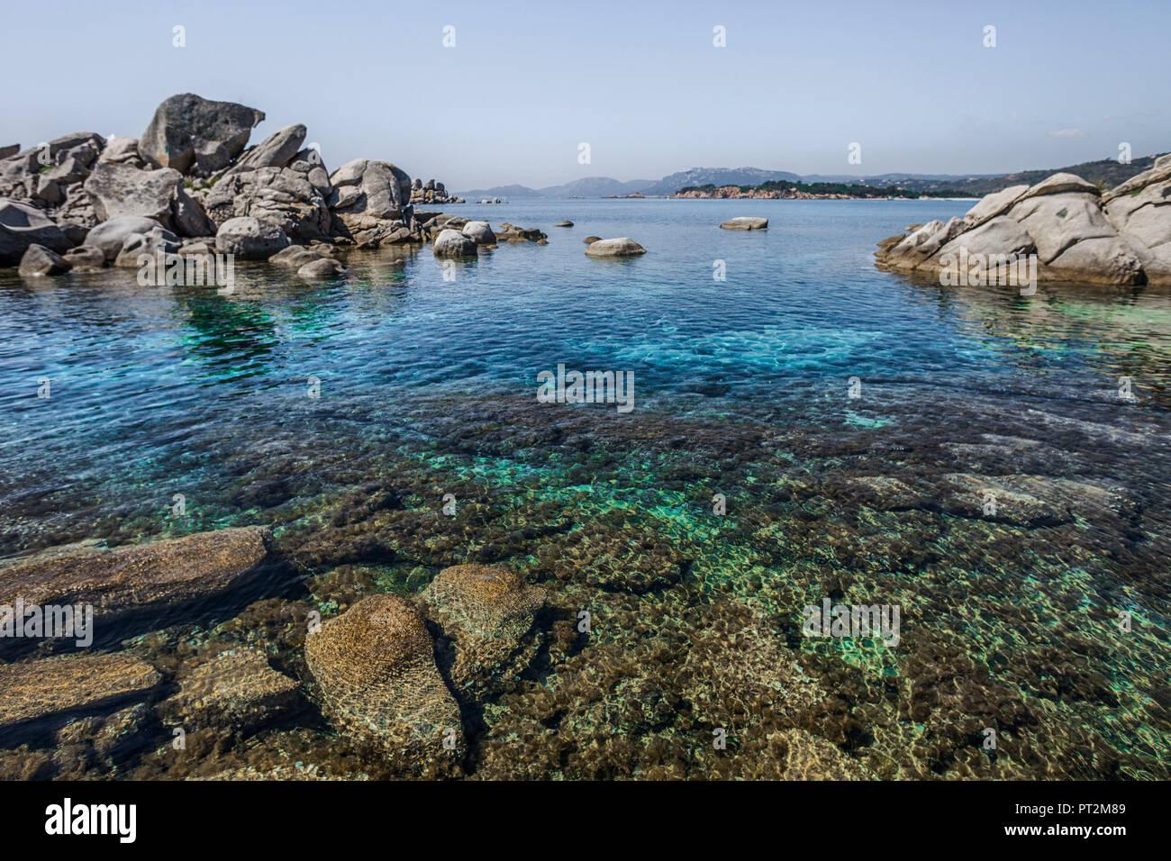 Vue sur la côte de Palombaggia Corse avec de l'eau d'un bleu profond Photo Stock
