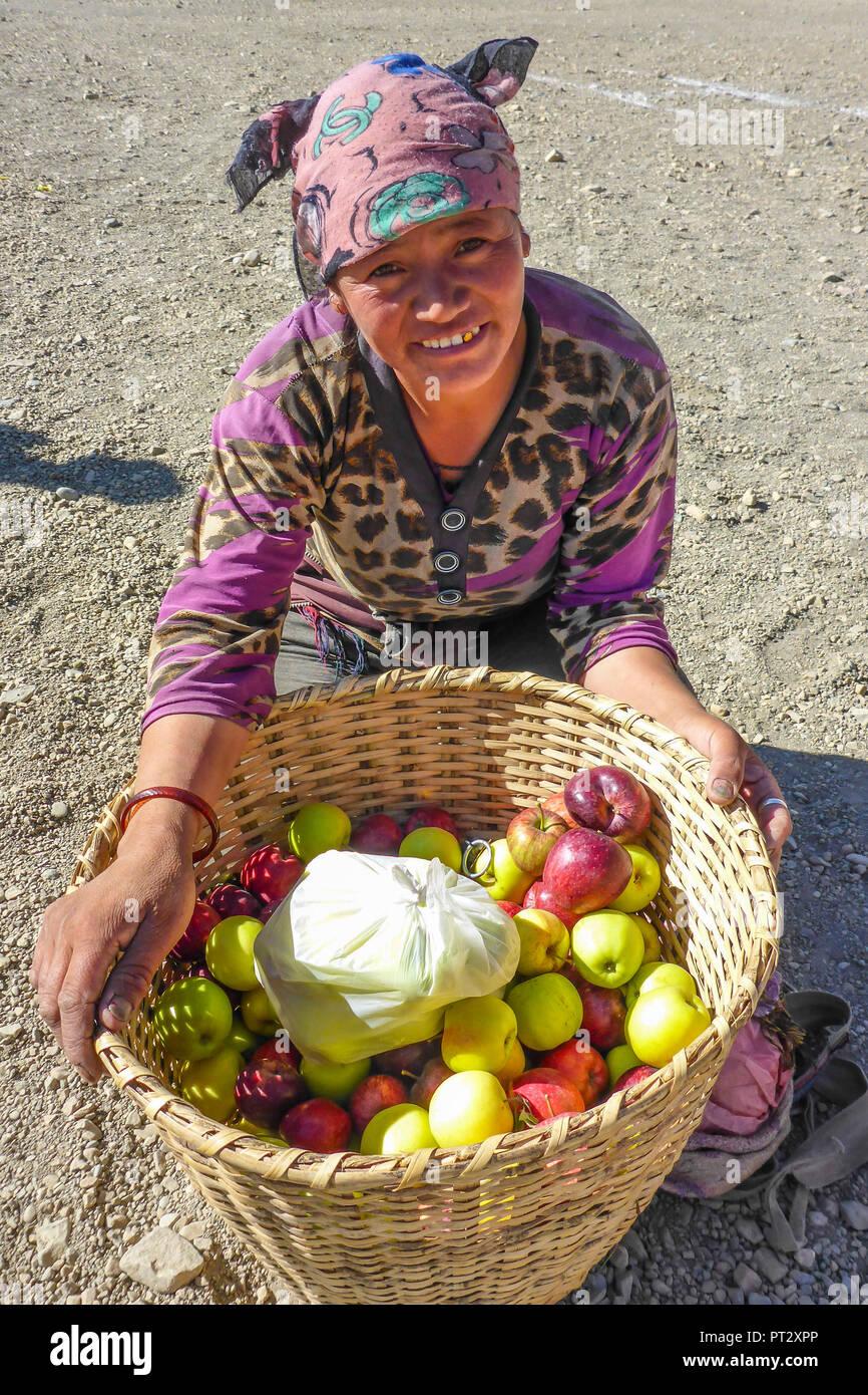 Le Népal, l'Himalaya, Mustang, Circuit de l'Annapurna, Upper Mustang Trek, vallée de la Kali Gandaki, Apple, vendeur, Photo Stock