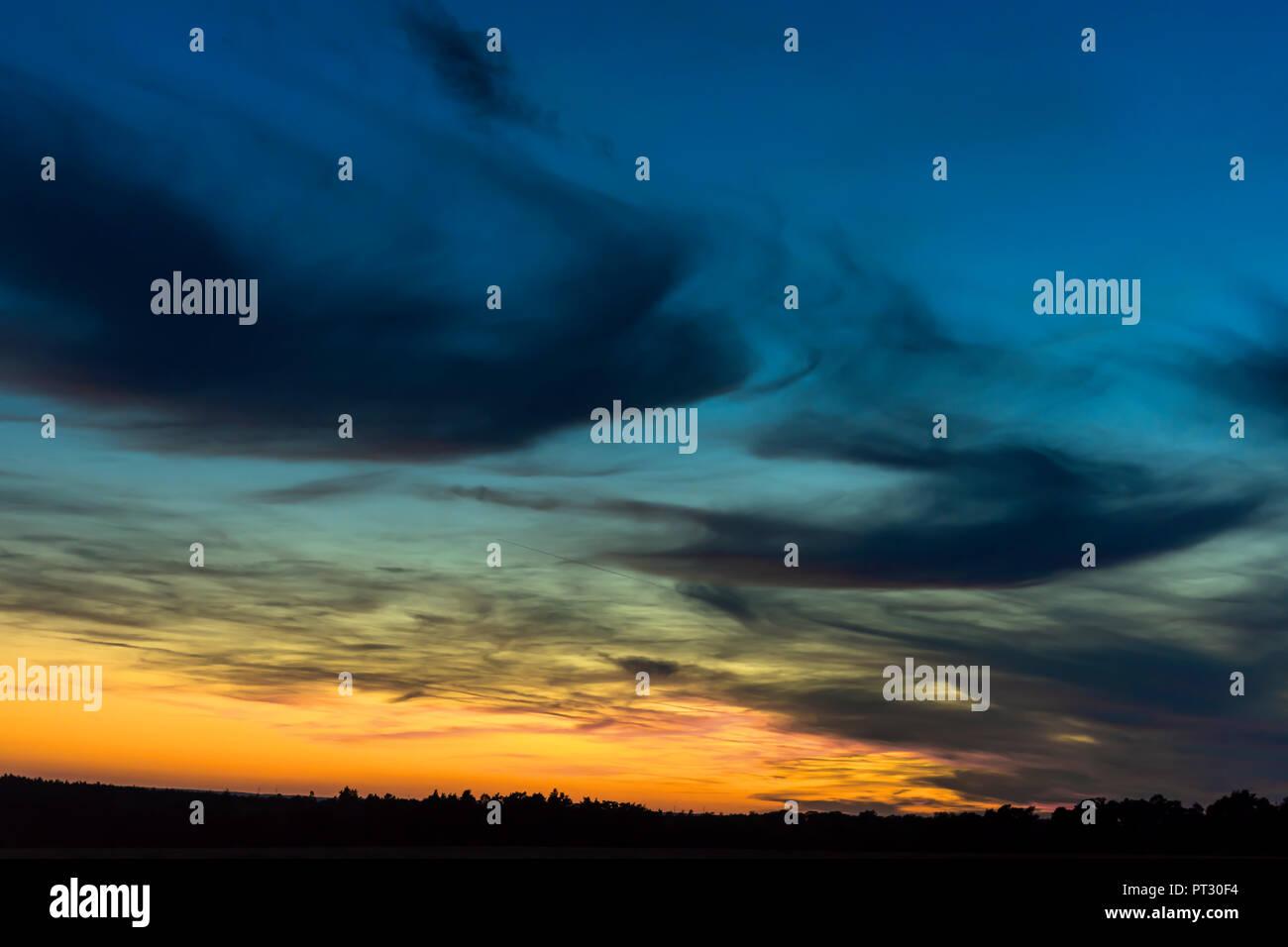 La silhouette du paysage avec des nuages sombres dans le ciel du soir, Bavière, Allemagne Photo Stock