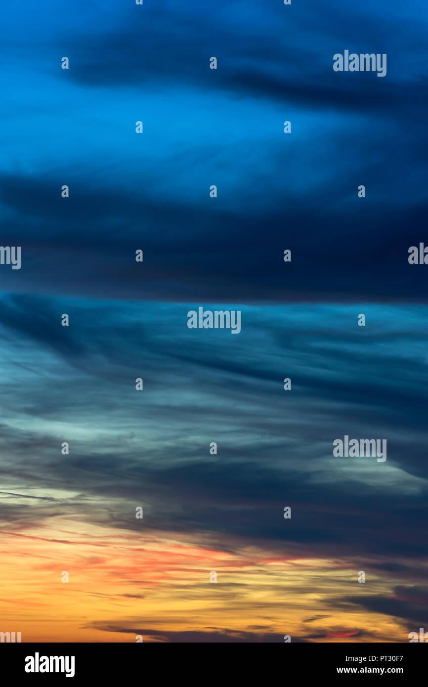 Des nuages sombres dans le ciel du soir, Bavière, Allemagne Photo Stock