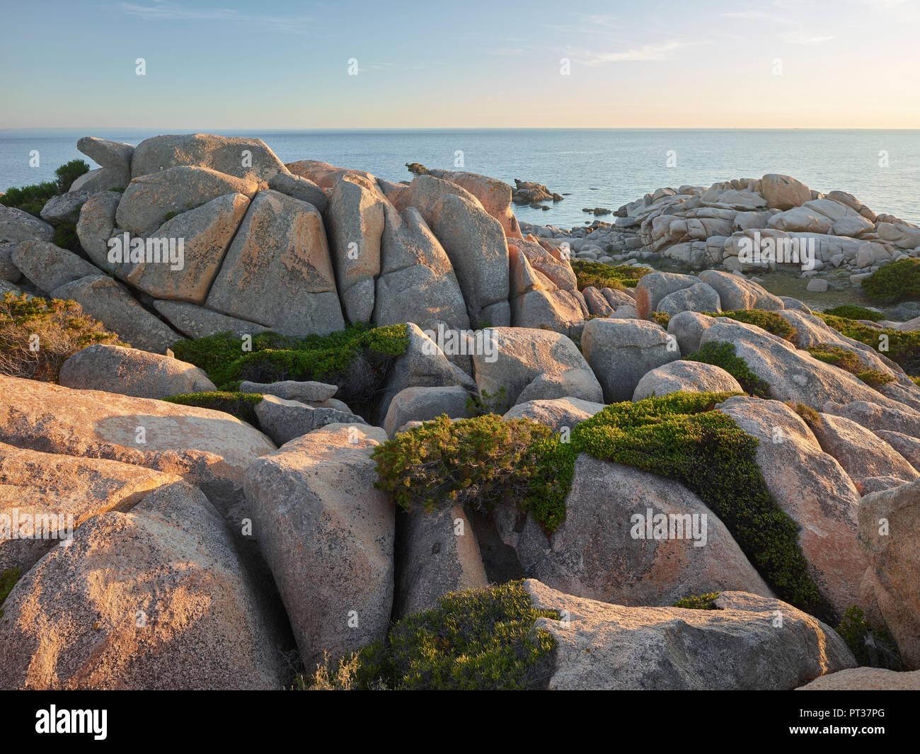 Dans les formations rocheuses de la réserve naturelle de Bruzzi, près de Pianottoli-Caldarello, Corse du Sud, Corse, France Photo Stock