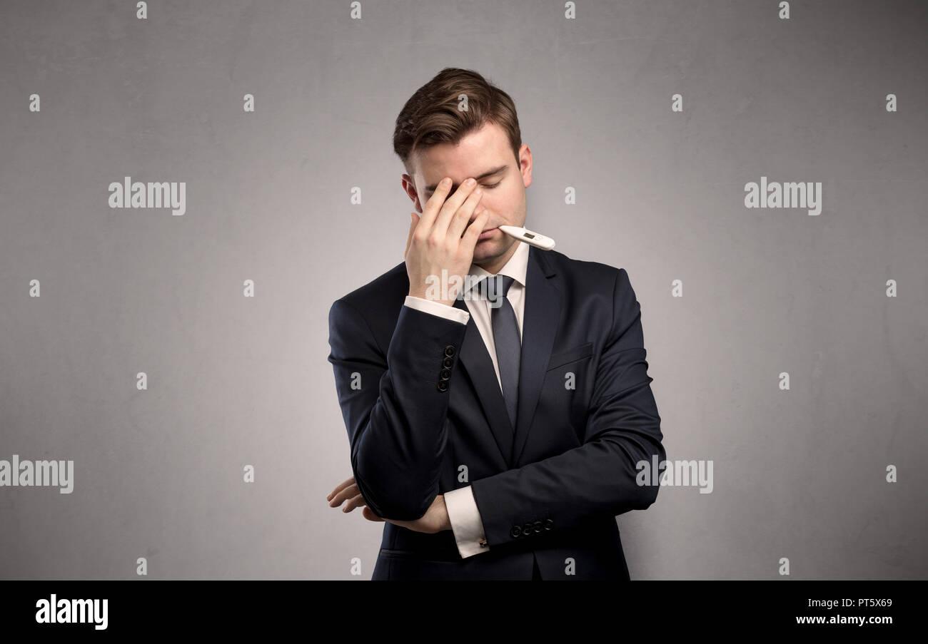 Jeune homme fatigué avec thermomètre et copy space Photo Stock