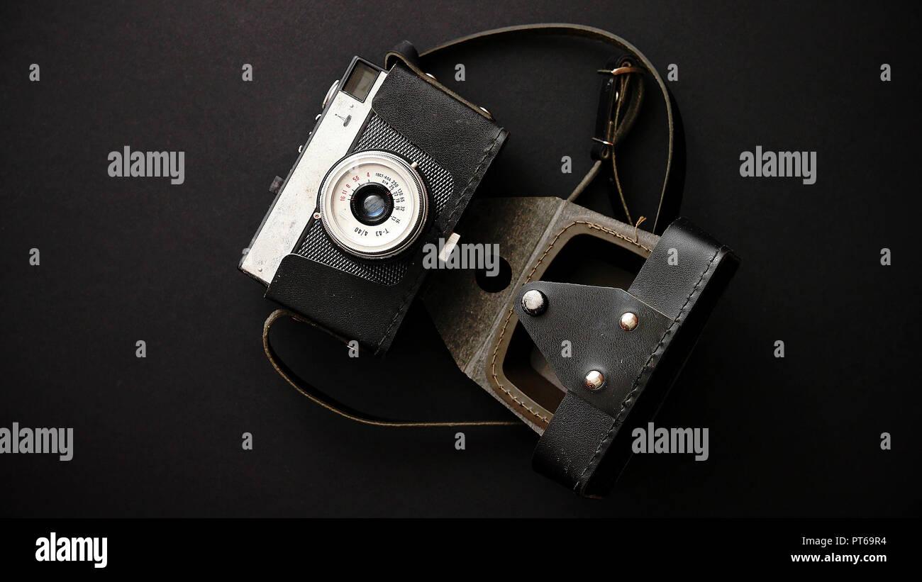 Vieux film retro caméra en cas de cuir sur fond noir Banque D'Images