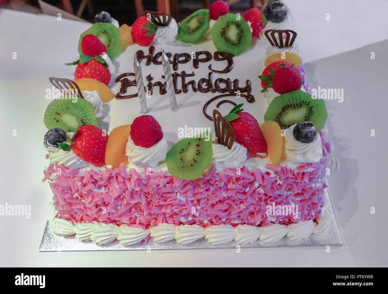 Gâteau à La Crème Avec Des Fruits Sur Le Dessus Et Rose Décoration