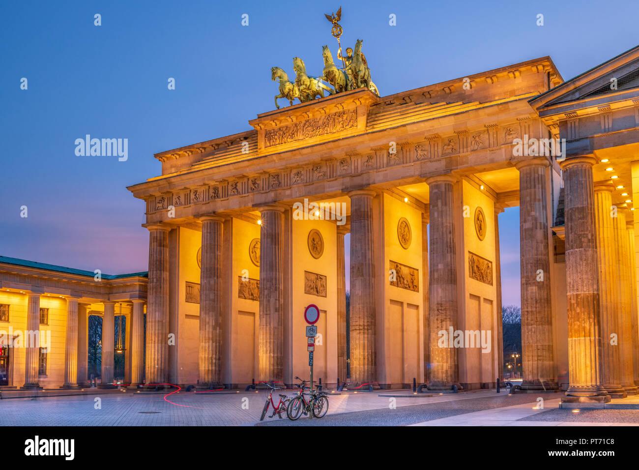 La porte de Brandebourg est un 18ème siècle classé monument historique de style néoclassique situé à l'ouest de Pariser Platz dans la partie ouest de Berlin. Photo Stock