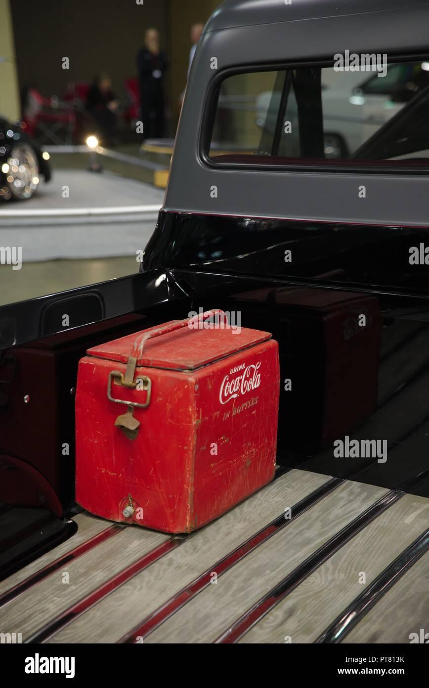 Meubles Anciens, Rouillé, Coca Cola Rouge (R) De Froid Dans Le Lit Du0027une  Camionnette Noire.