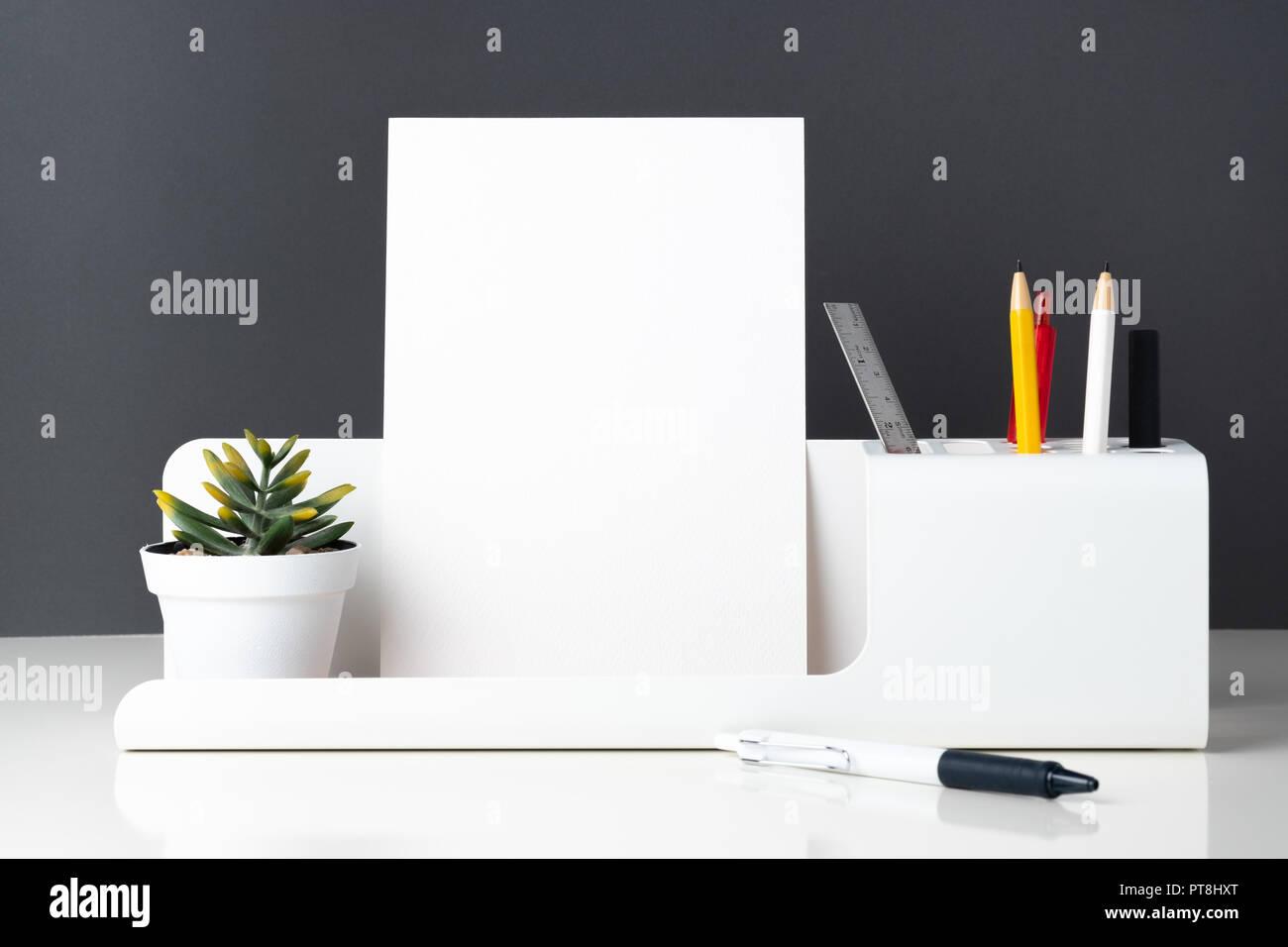 Papeterie de bureau moderne sur tableau blanc et gris foncé wall
