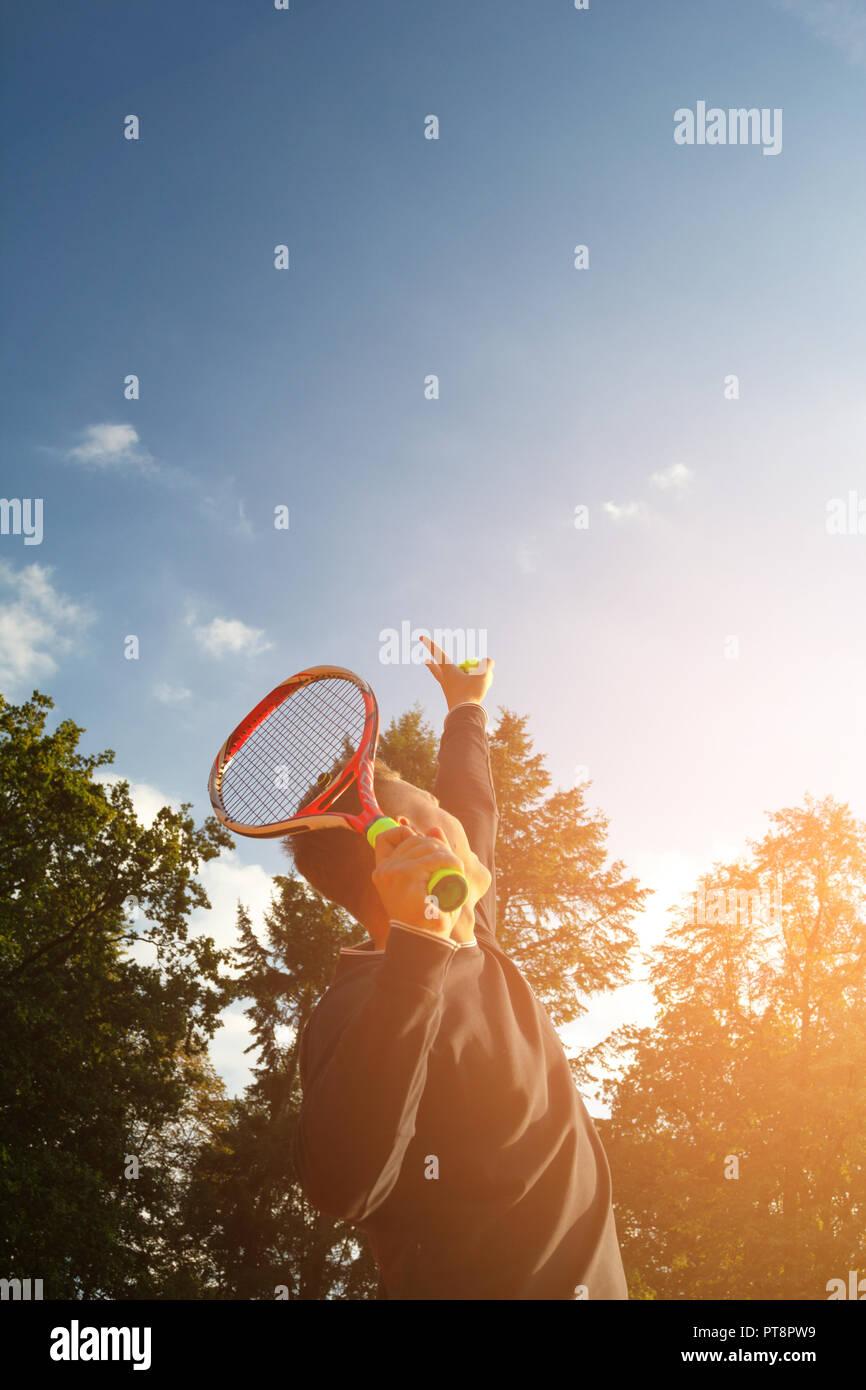 Un joueur de tennis se prépare à servir une balle de tennis lors d'un match Banque D'Images
