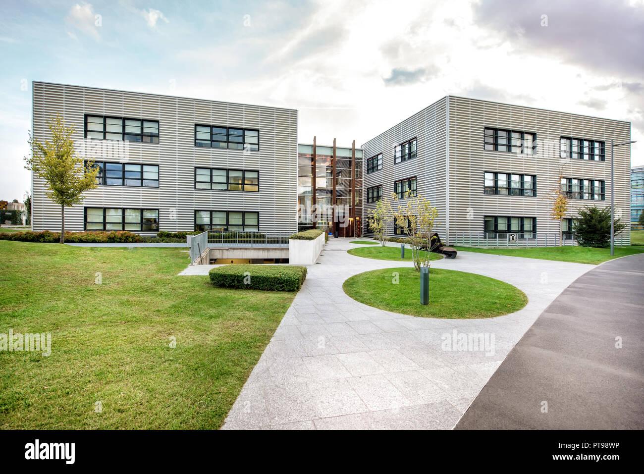 Jardin paysager en face d\'un complexe moderne avec deux ...