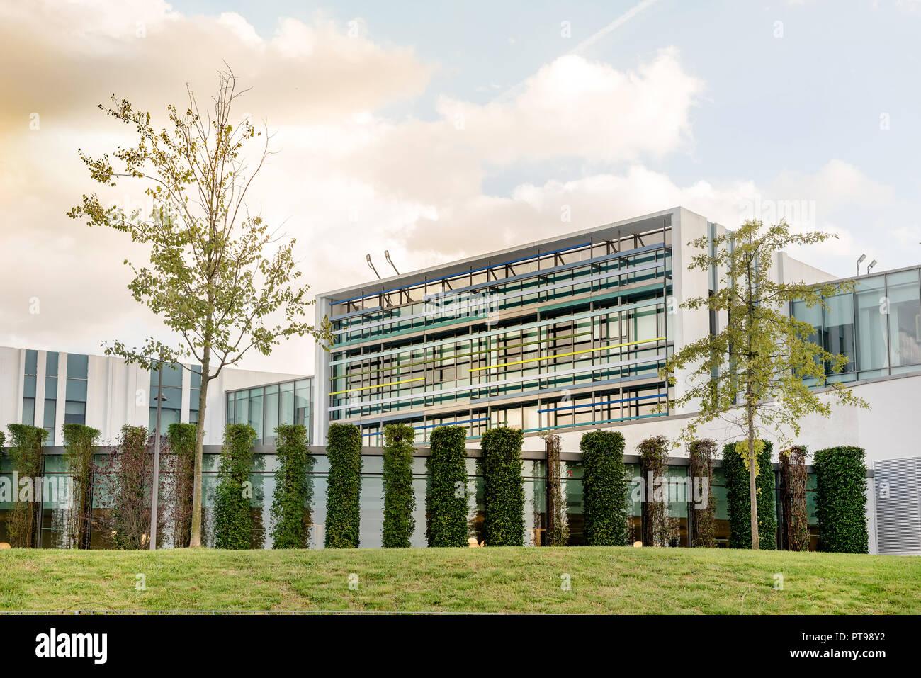 L extérieur du grand immeuble de bureaux modernes avec paysage de