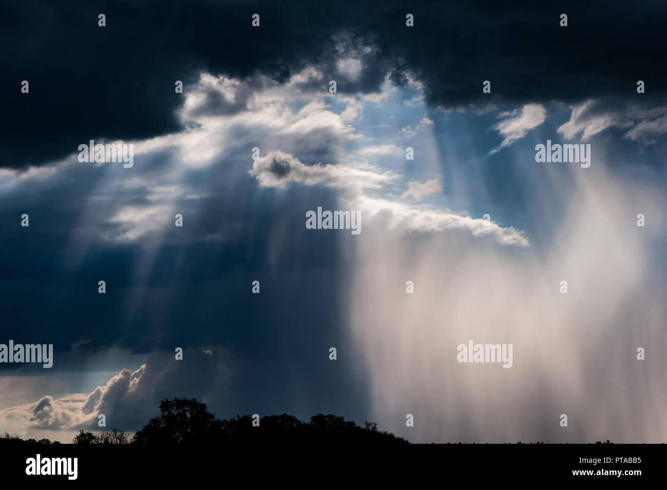 Les nuages de tempête, le soleil et la pluie dans la campagne. Mai, la saison du printemps. Photo Stock