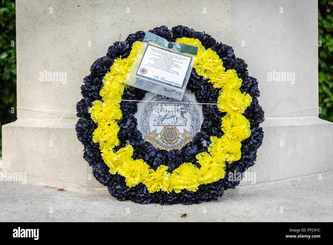 WW2 gerbe commémoratif portées par le Hampshire Regiment Royal Association camarades à Southampton, Hampshire, England, UK Photo Stock