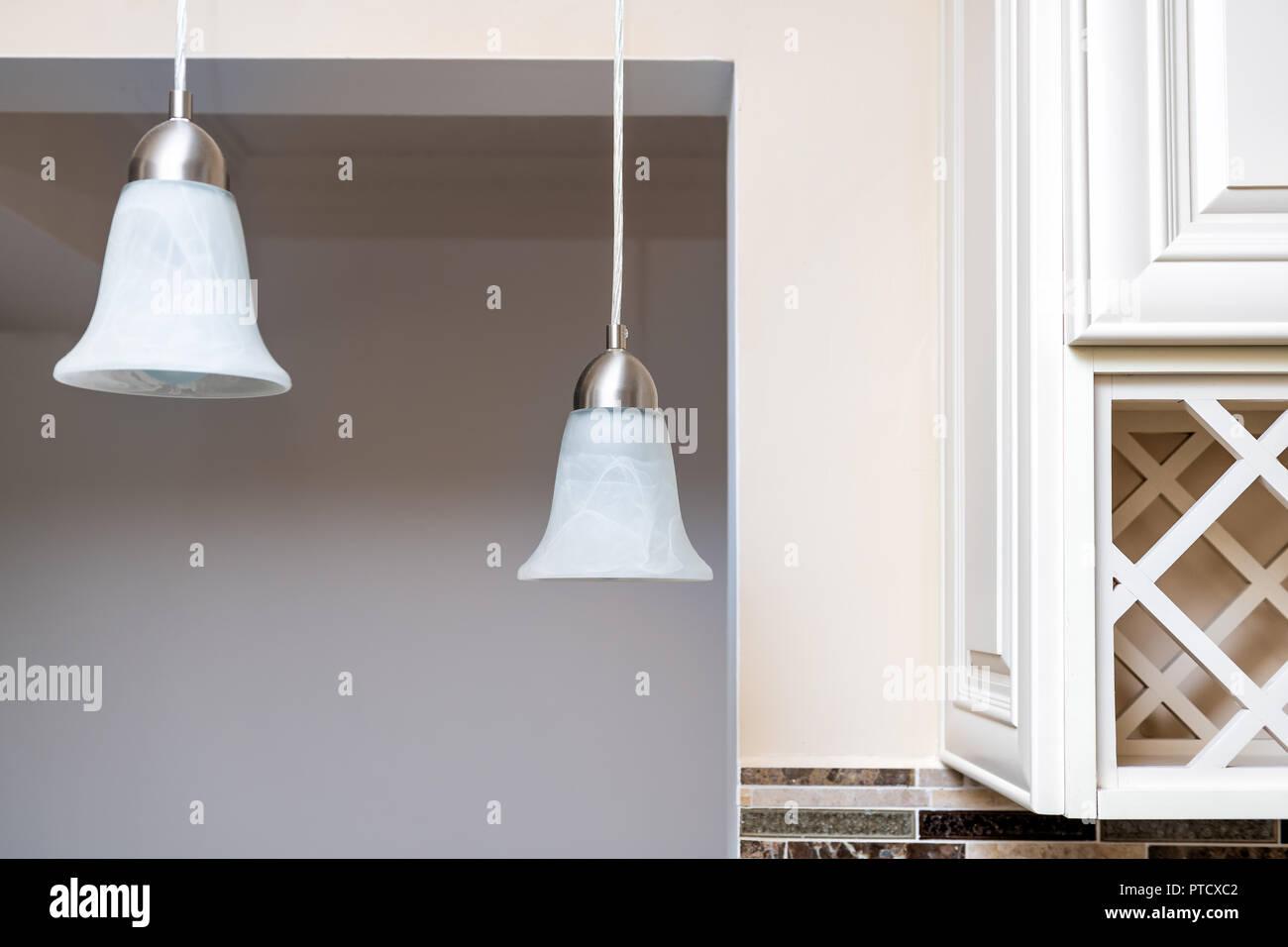 Libre de deux lampes de plafond suspendu dans la cuisine avec un mur ...