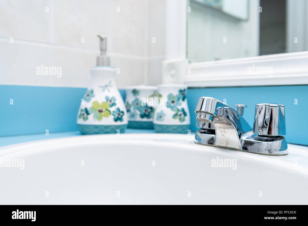 Libre De Bleu, Bleu Sarcelle Turquoise, Peinture Moderne, Salle De Bains,  Sol Carrelé, Murs Peints En Miroir, Lavabo, Robinet Du0027eau Traitée Avec Des  ...