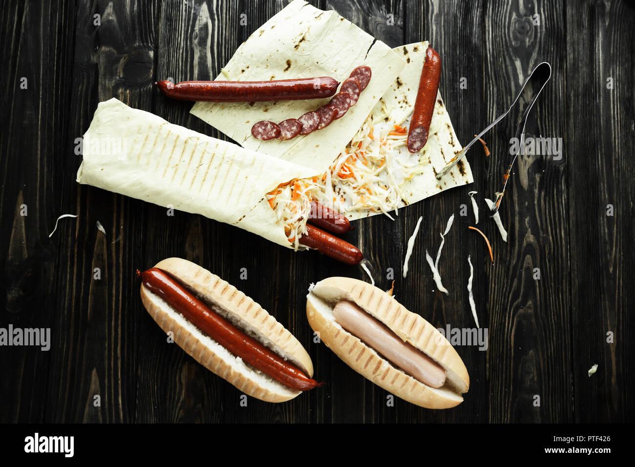 Préparation des hot-dogs avec saucisses et saucissons Photo Stock