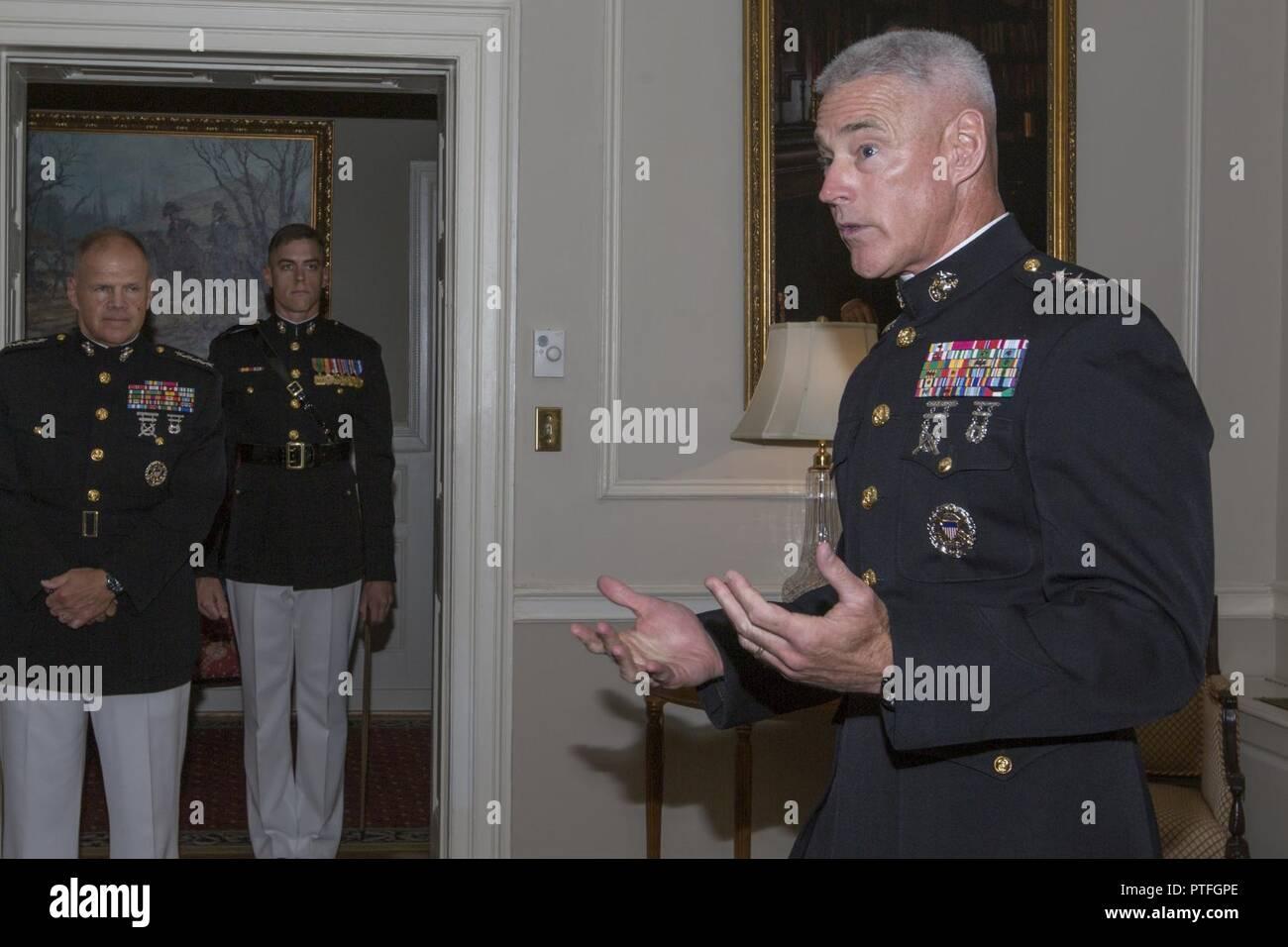 Le général du Corps des Marines américain Brian D. Beaudreault parle de Marines américains et parmi les invités à sa cérémonie de promotion, Marine Barracks Washington, Washington, D.C., le 21 juillet 2017. Beaudreault sera le commandant adjoint pour les plans, les politiques et les activités. Banque D'Images
