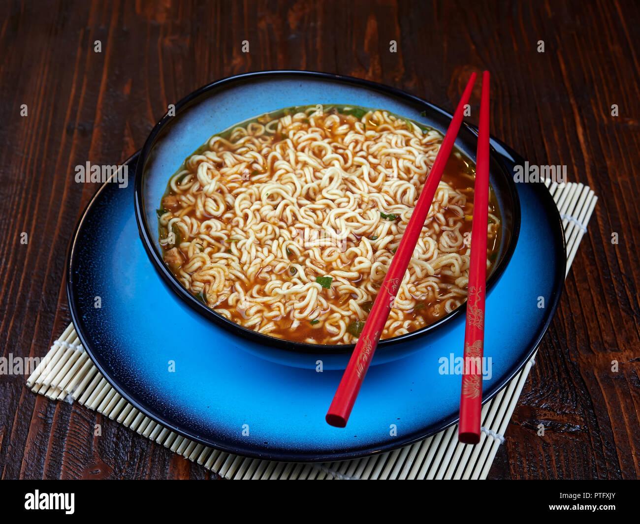 Ingrédients pour Shin Ramyun, un plat de nouilles coréen populaire avec une intense saveur épicée Photo Stock