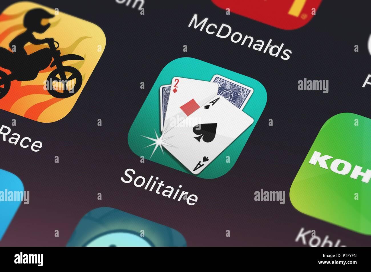 Londres, Royaume-Uni - Octobre 09, 2018: Gros plan d'un doigt de l'Arts populaires app ▻ Solitaire. Banque D'Images