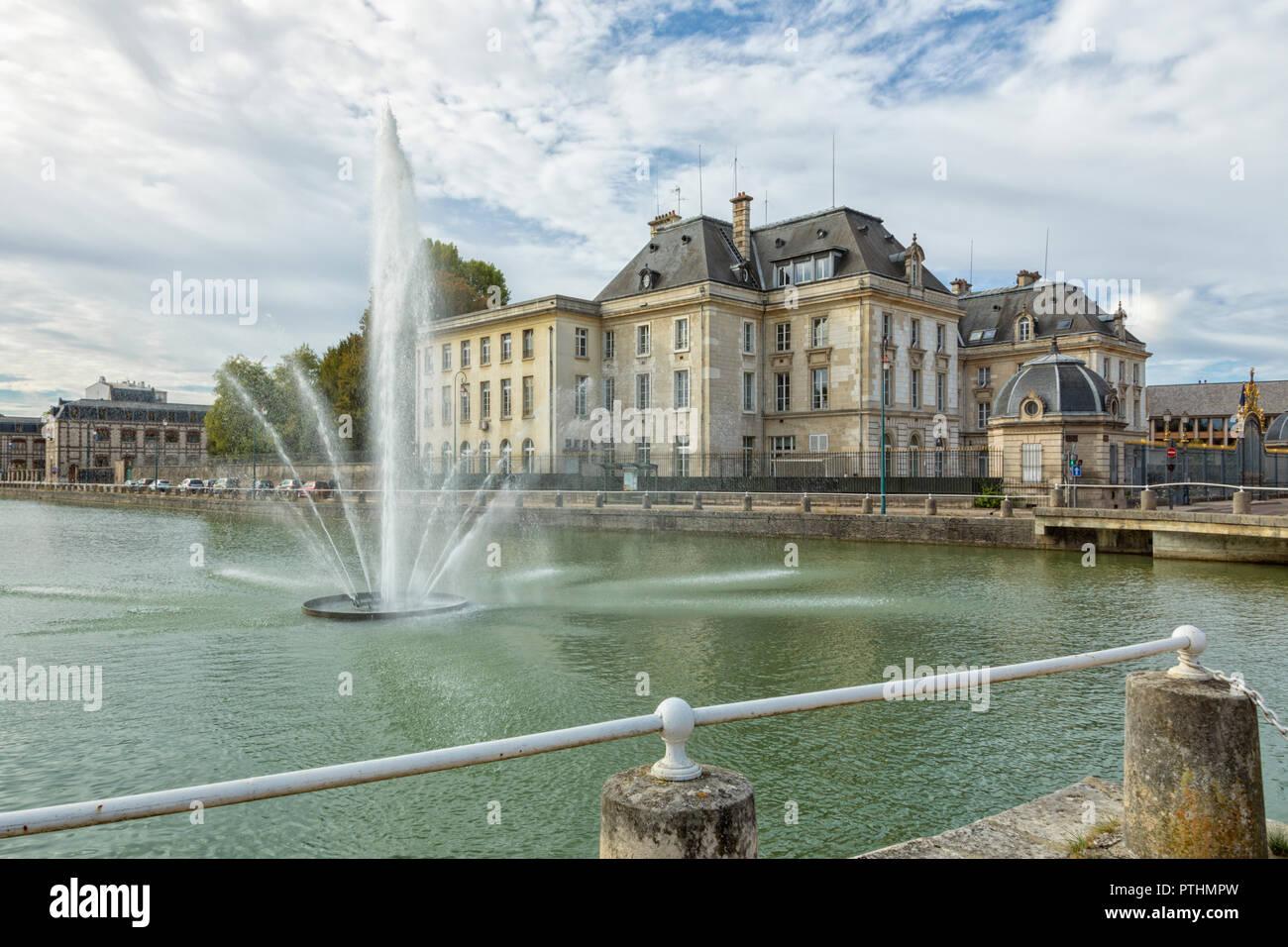 Bâtiment de la préfecture de l'Aube à Troyeswith la fontaine sur Canal du Trévois en premier plan Banque D'Images