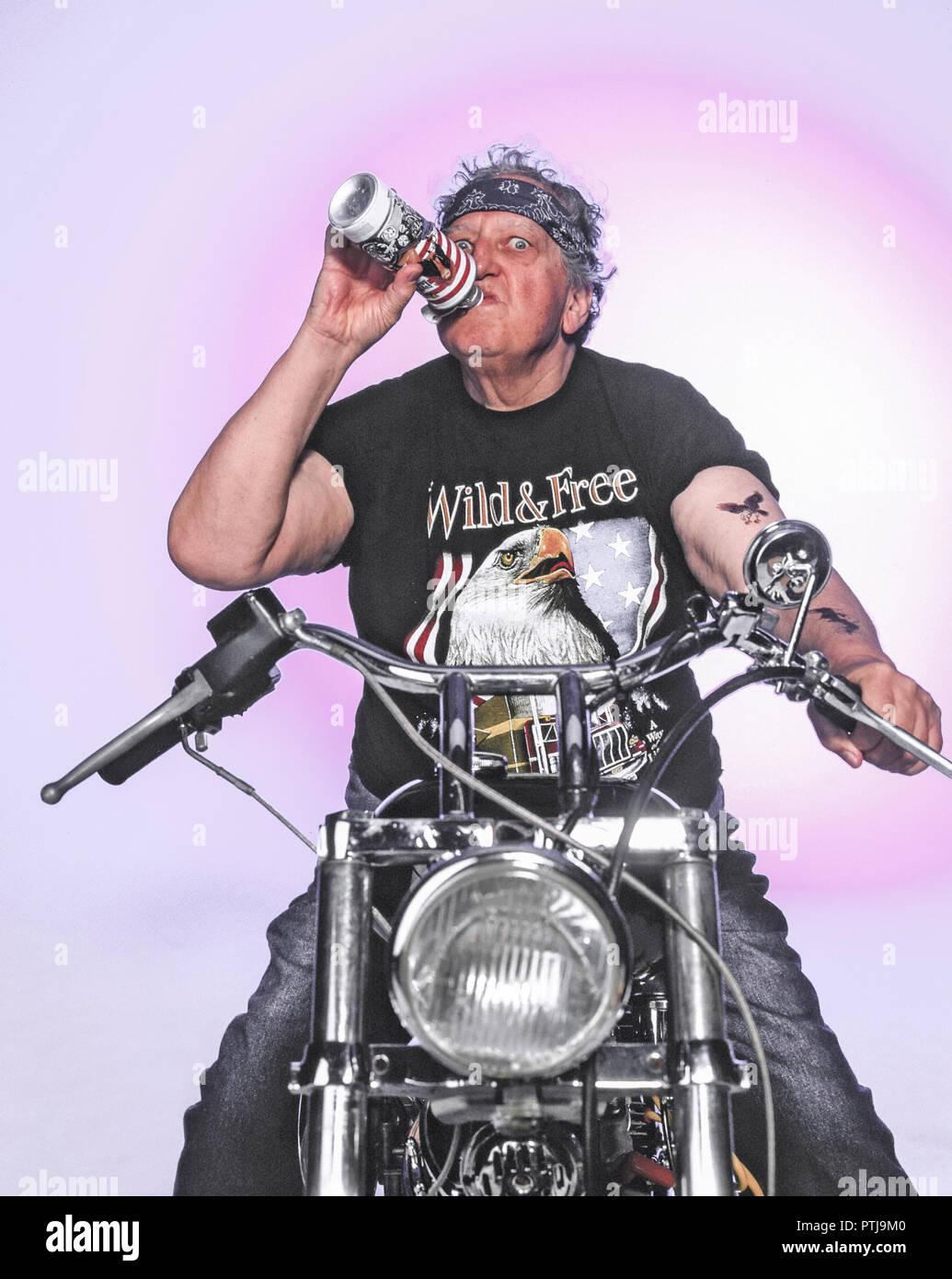 Homme Homme Senior Espiegle 60 A 80 Ans Vieux Dejante Drole Humour Humour Parodie Retraites Rockers Motards Moto Moto Vieux Rock Photo Stock Alamy