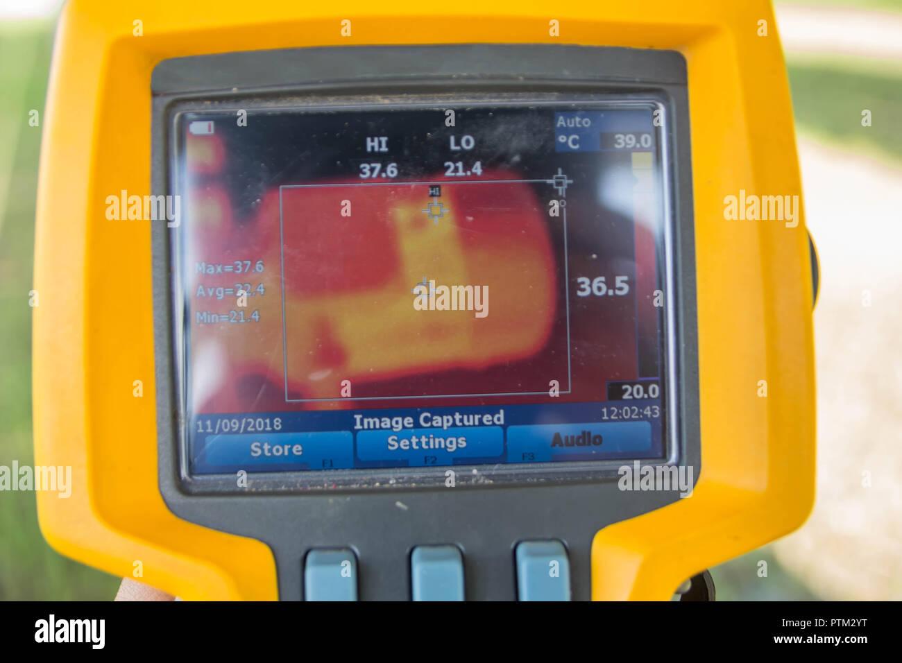 Thermoscan(image thermique caméra), Numérisation vers le moteur pour vérifier la température. Photo Stock