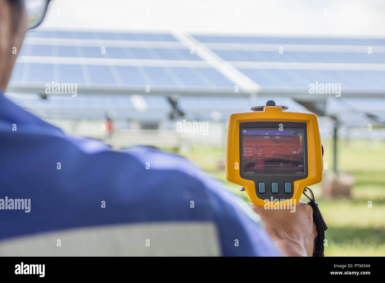 Thermoscan(image thermique caméra), Numérisation vers le panneau solaire pour vérifier la température. Photo Stock