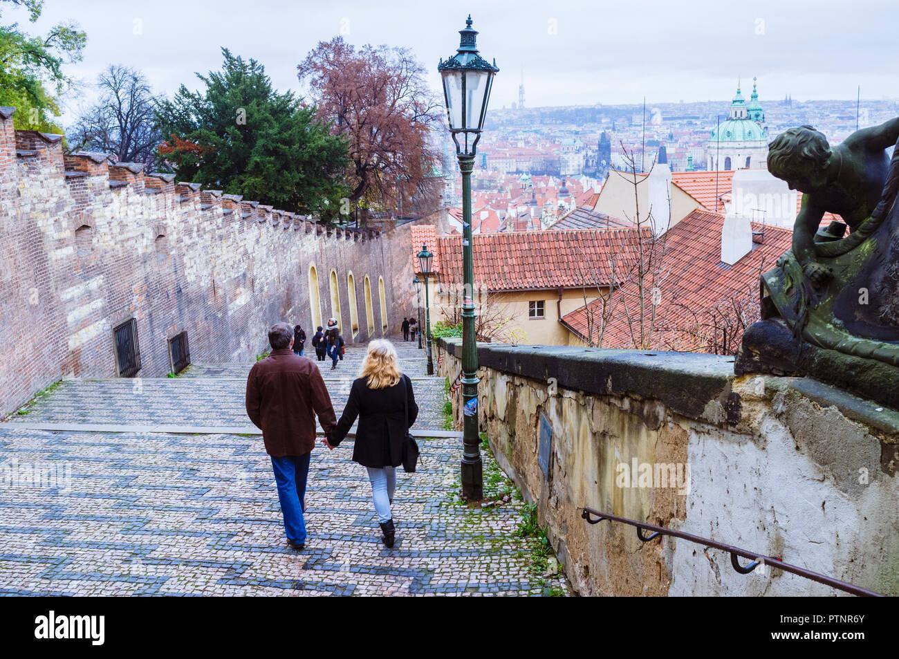 Couple à l'ancien château Étapes, Prague, République Tchèque Photo Stock