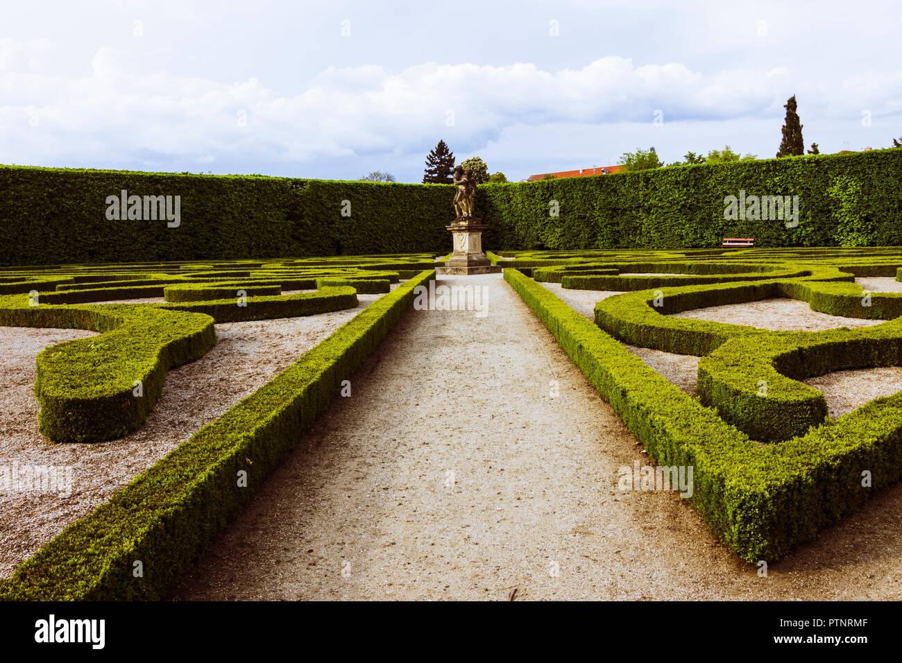 Kromeriz, en Moravie, République tchèque: jardin de fleurs baroques du château de Kromeriz. Photo Stock