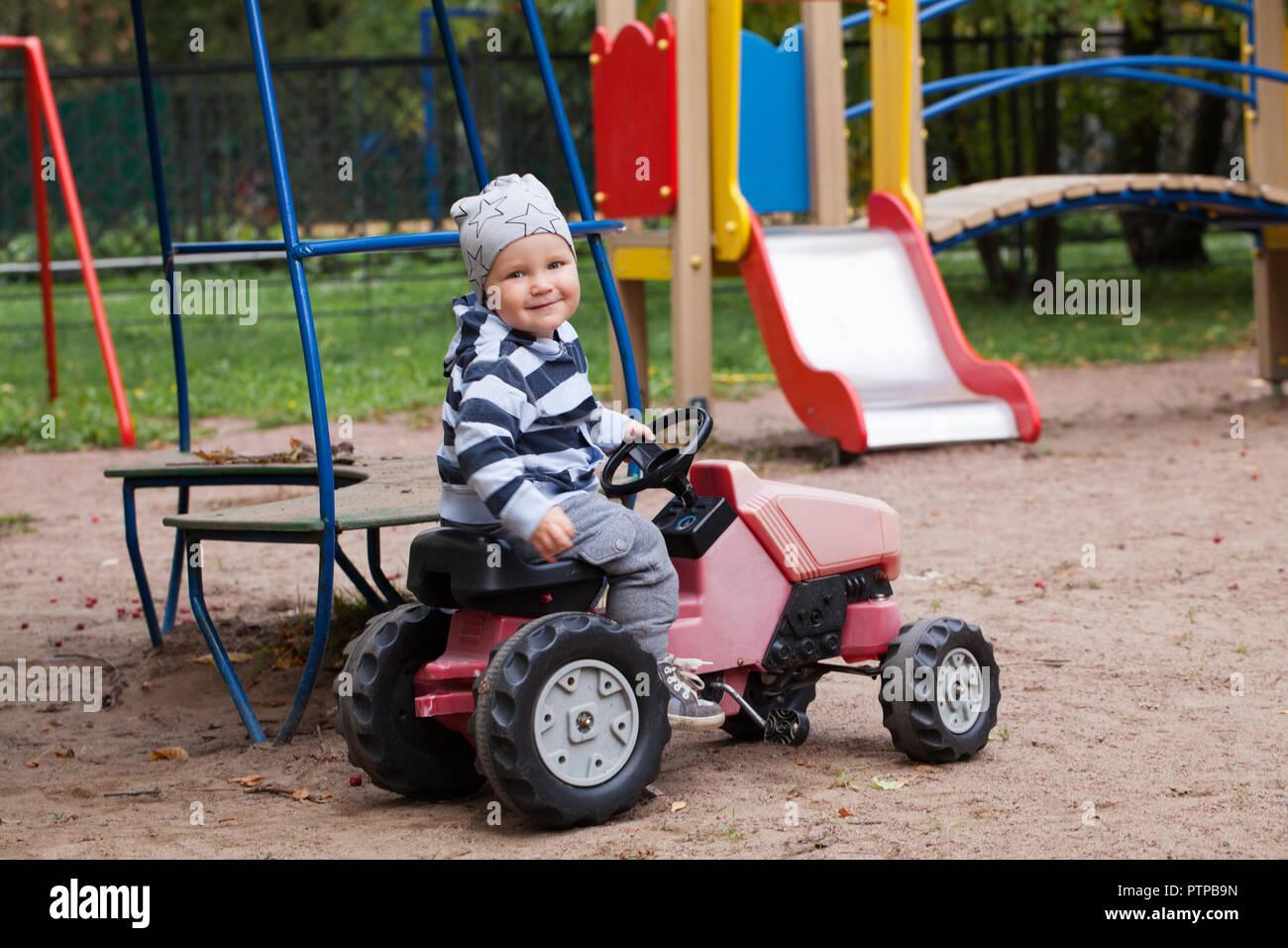 Garçon Dans De Jeux Et Conduite Petit Une D Jouant Aire Enfant La OXuPZki