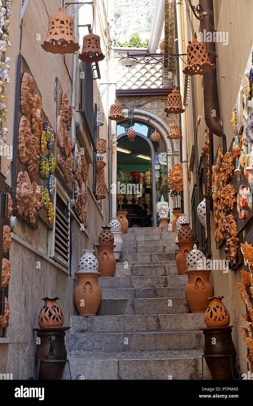 Escalier à une boutique de terre cuite, vieille ville de Taormina, Sicile, Italie Photo Stock