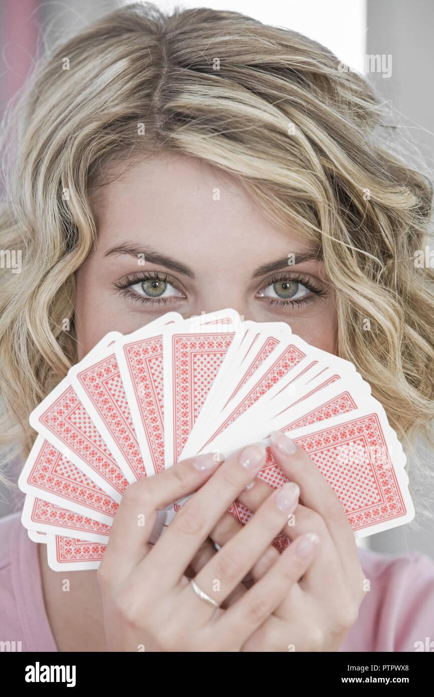 Frau, Jung, Junge, 20, 30 Jahre, Portrait, Karten, Kartenspiel, spielen, Spiekarten, Pokern, Pokerface, Pokergesicht, Freizeit, Spiel, Unterhaltung, G Banque D'Images