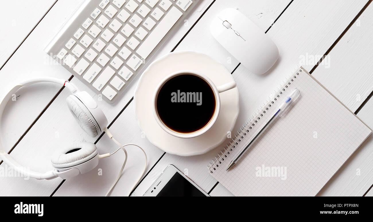 Appareils et fournitures de bureau près de boisson chaude Photo Stock