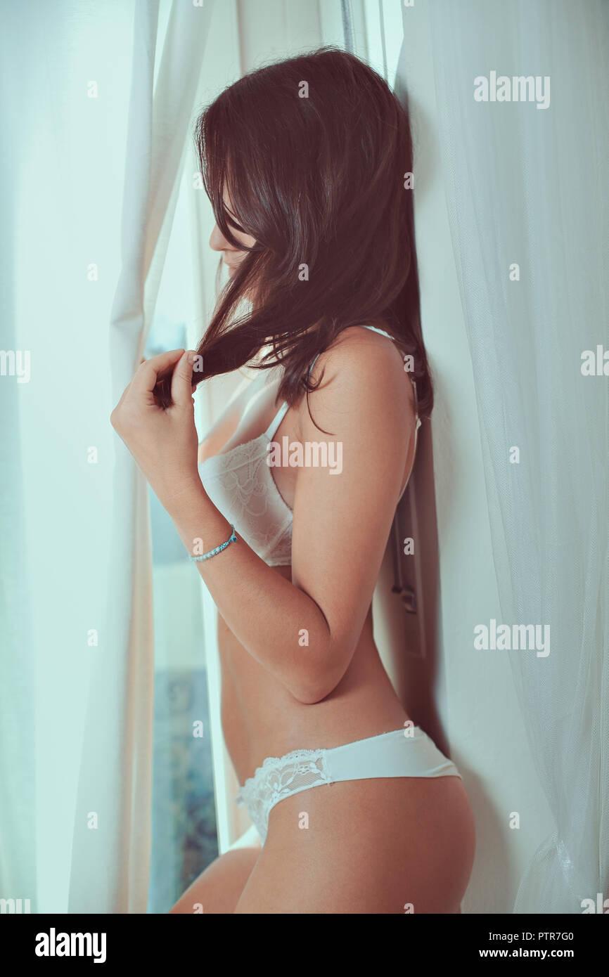 Belle femme en sous-vêtements. La lumière de la fenêtre Banque D'Images