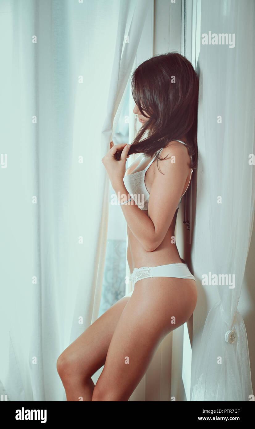 Fille sensuelle en sous-vêtements. La lumière de la fenêtre Banque D'Images