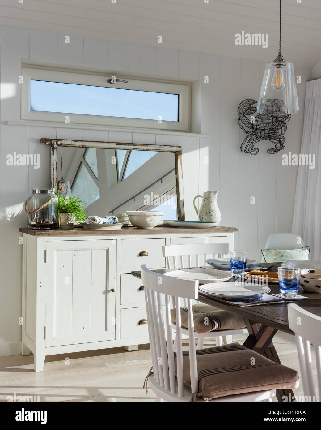 Merveilleux Cuisine Ouverte Et Salle à Manger Avec Vue Sur La Mer De Style Shaker Avec  Miroir Bahut Et Table à Manger Dans La Maison Côtière