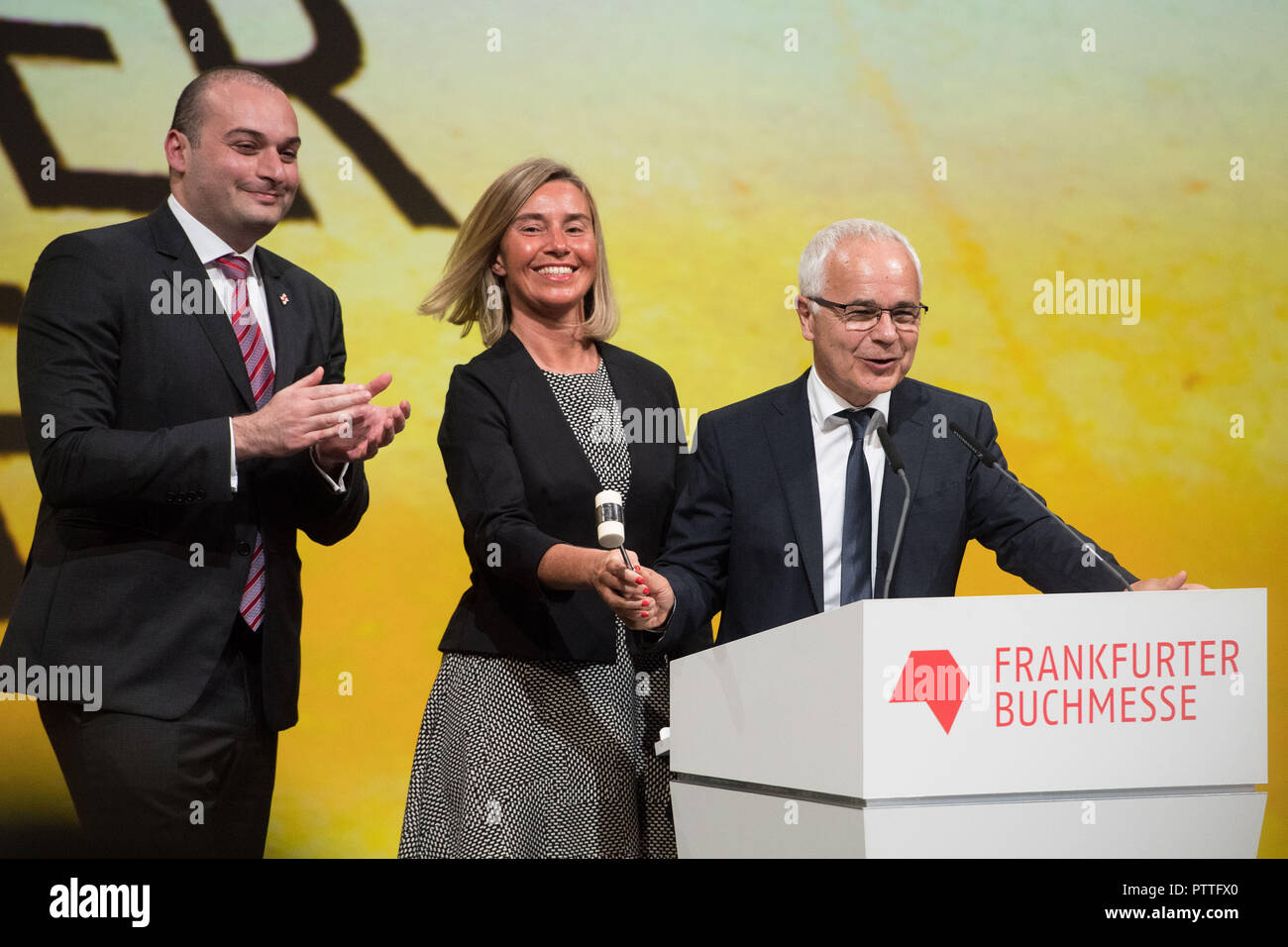Mamuka BAKHTADZE (l., Premier Ministre de la Géorgie), Federica MOGHERINI (withte., haut représentant de l'Union européenne pour les Affaires étrangères et la politique de sécurité, Vice-président de la Commission européenne) et Heinrich (Riethmáller RIETHMUELLER, chef de l'Association de la Bourse de commerce du livre allemand) s'est ouverte avec un coup de marteau de la Foire du livre de Francfort, la moitié de la figure, la moitié de la figure, Marteau, Schlag, lors de la cérémonie d'ouverture de la foire du livre de Francfort 2018 sur 09.10.2018, Foire du livre de Francfort à partir de 2018 10.10 - 14.10.2018 à Frankfurt am Main / Allemagne. Dans le monde d'utilisation   Photo Stock