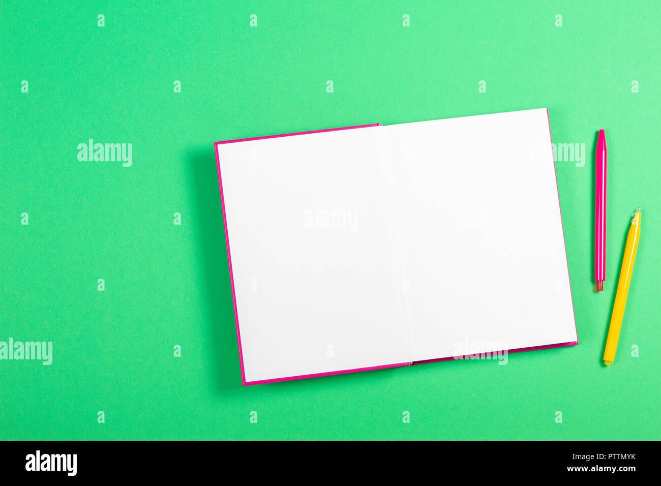 Livre Blanc Ouvert Sur Fond Vert Banque D Images Photo