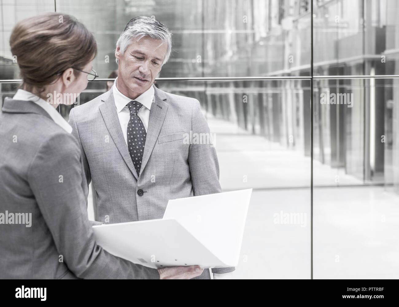 Frau und Mann dans geschaeftlicher Unterhaltung (modèle récent) Banque D'Images