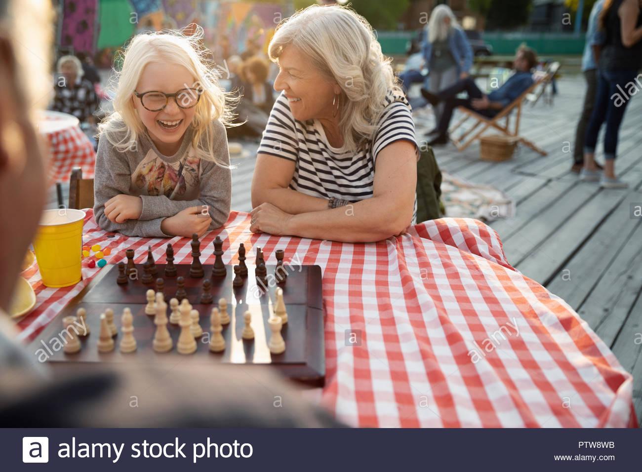 Grand-mère et petite-fille jouant aux échecs dans le parc Photo Stock