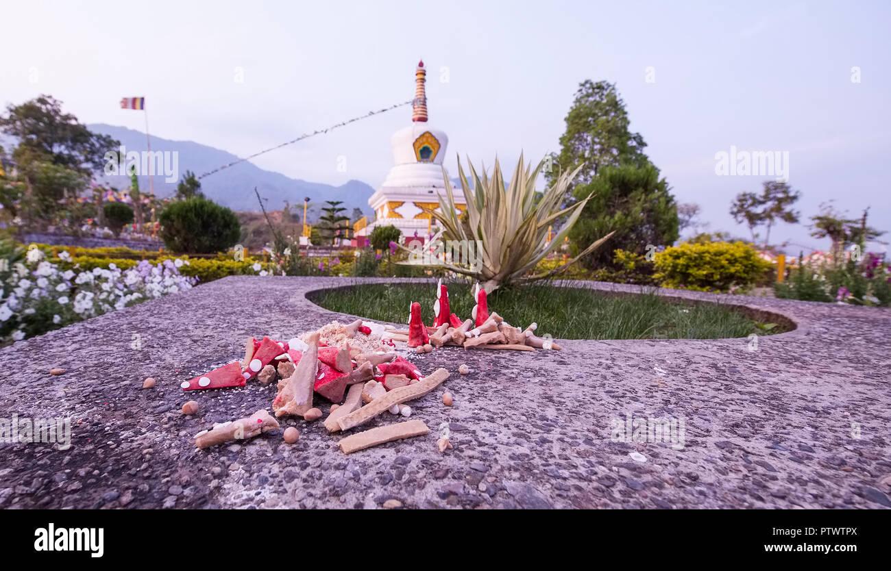 Offrings,Itanagar à Bouddha.,dans,le cercle de Holi,bonbons,bougies rouge,à l'intérieur de la plage de stupa, de l'Arunachal Pradesh,N E I L'Inde. Photo Stock
