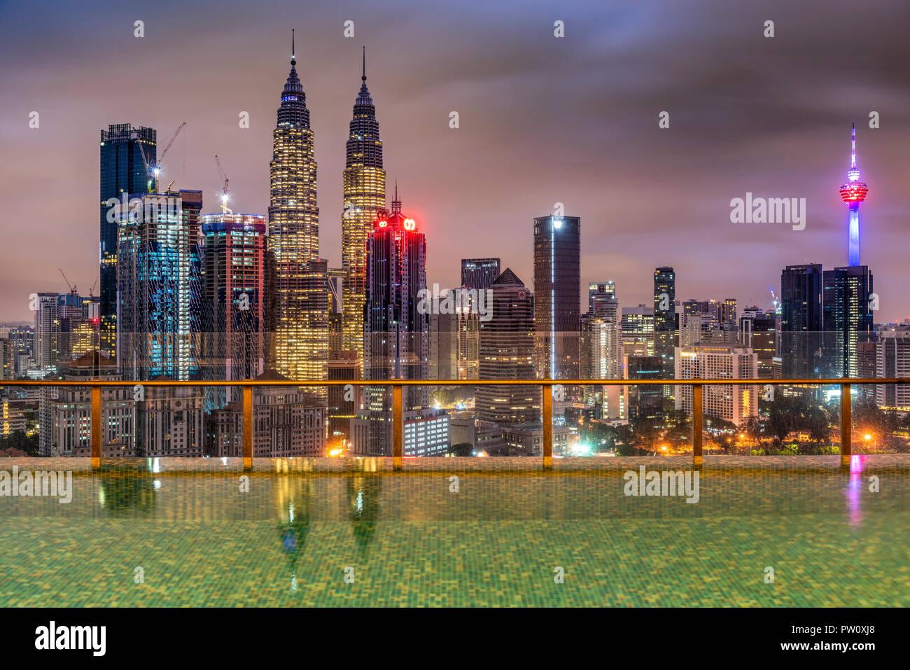 Sur les toits de la ville avec piscine à débordement, Kuala Lumpur, Malaisie Photo Stock