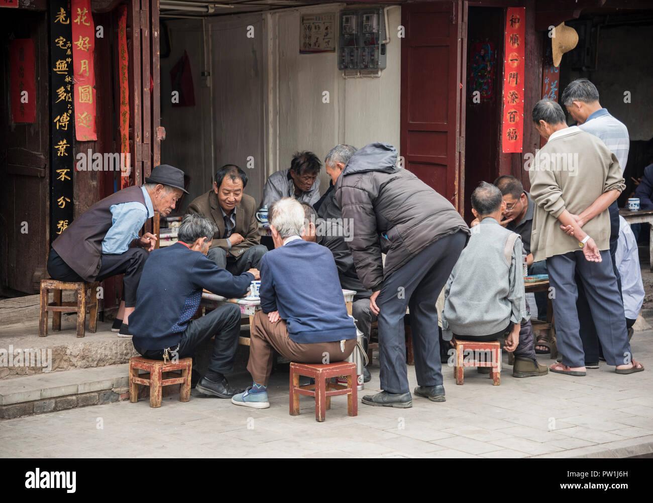 Les hommes chinois jouer à jeu dans une rue de Dali, Yunnan province sud-ouest de la Chine. Banque D'Images