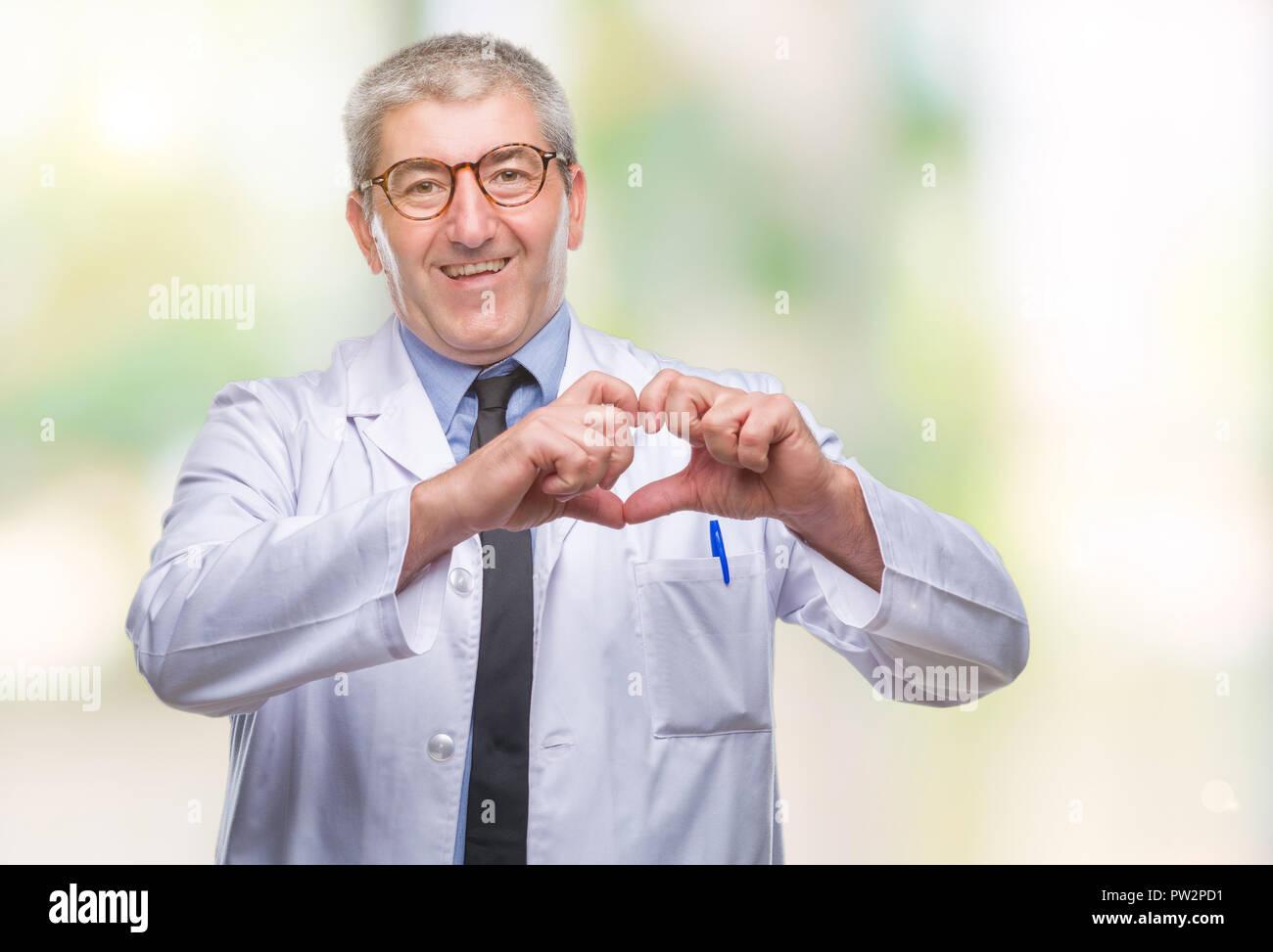timeless design 2f1ed cdf1e beau-medecin-scientifique-senior-homme-professionnel-vetu-de-blanc-manteau-sur-fond-isole-smiling-in-love-montrant-le-symbole-de-coeur-et-forme-avec-han-  ...