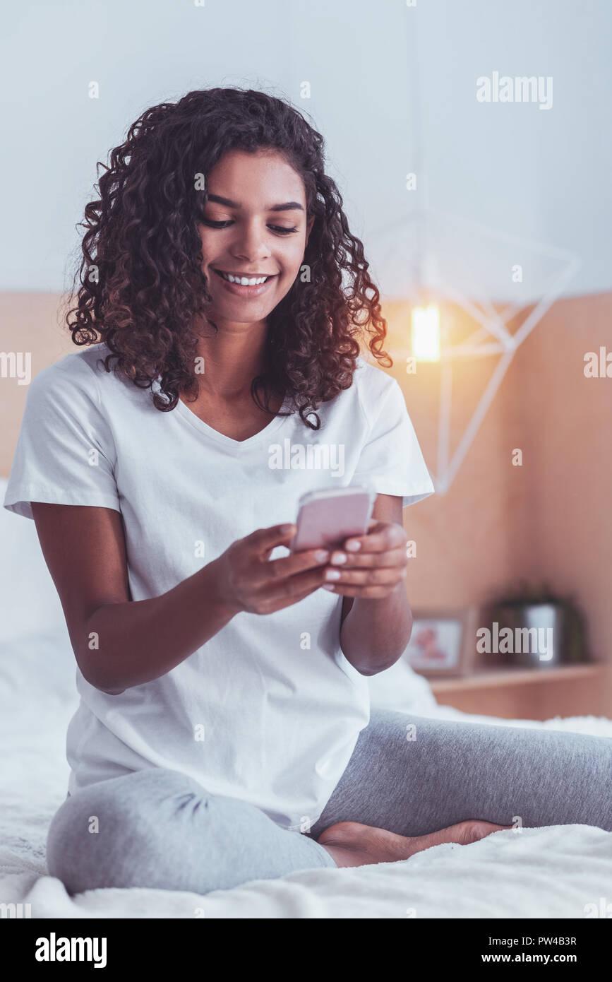 Contrôle indépendant occupé son e-mail sur smart phone Photo Stock