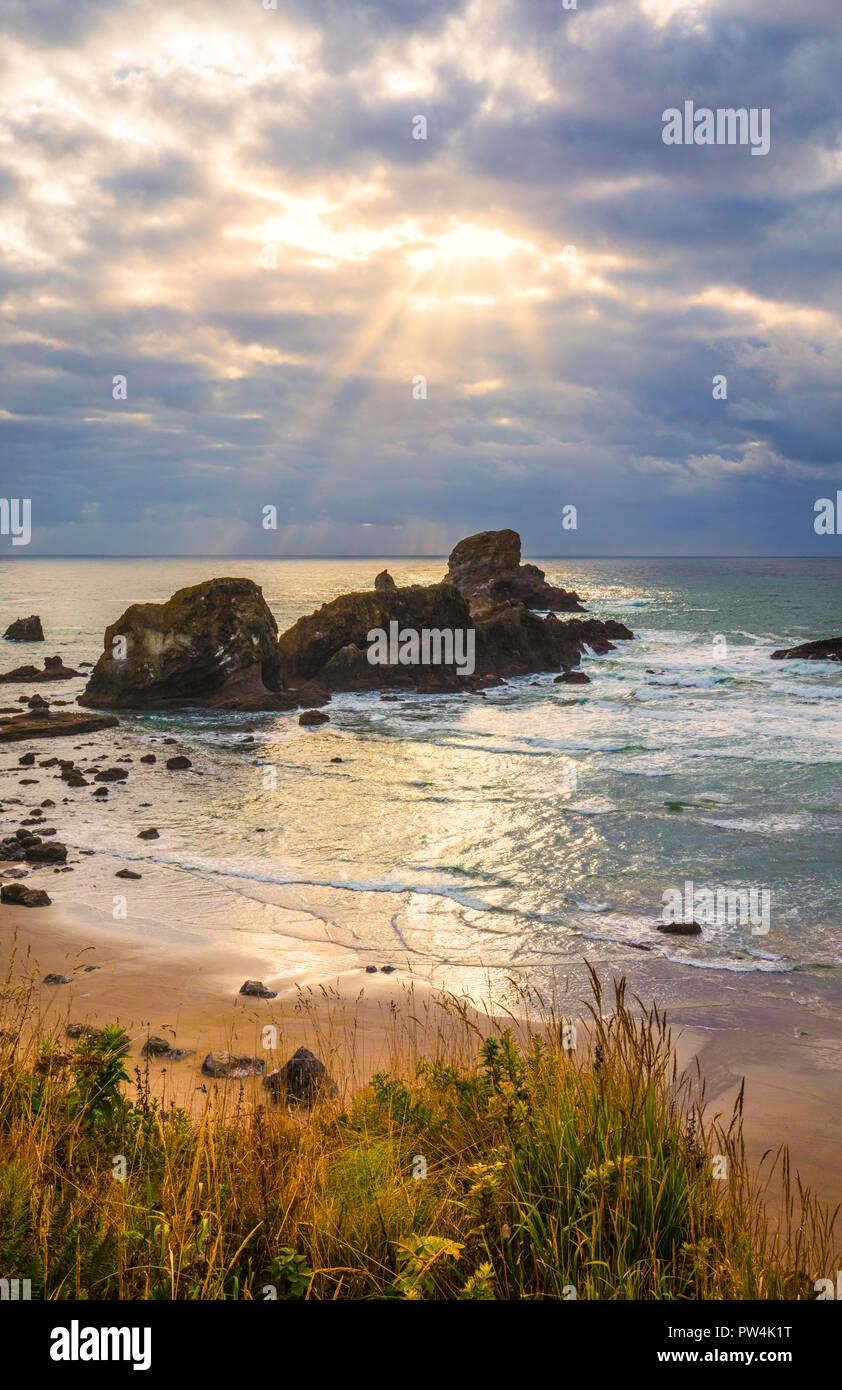 Les rayons du soleil et plage, dans Parc d'état d'Ecola, Oregon, USA. Photo Stock