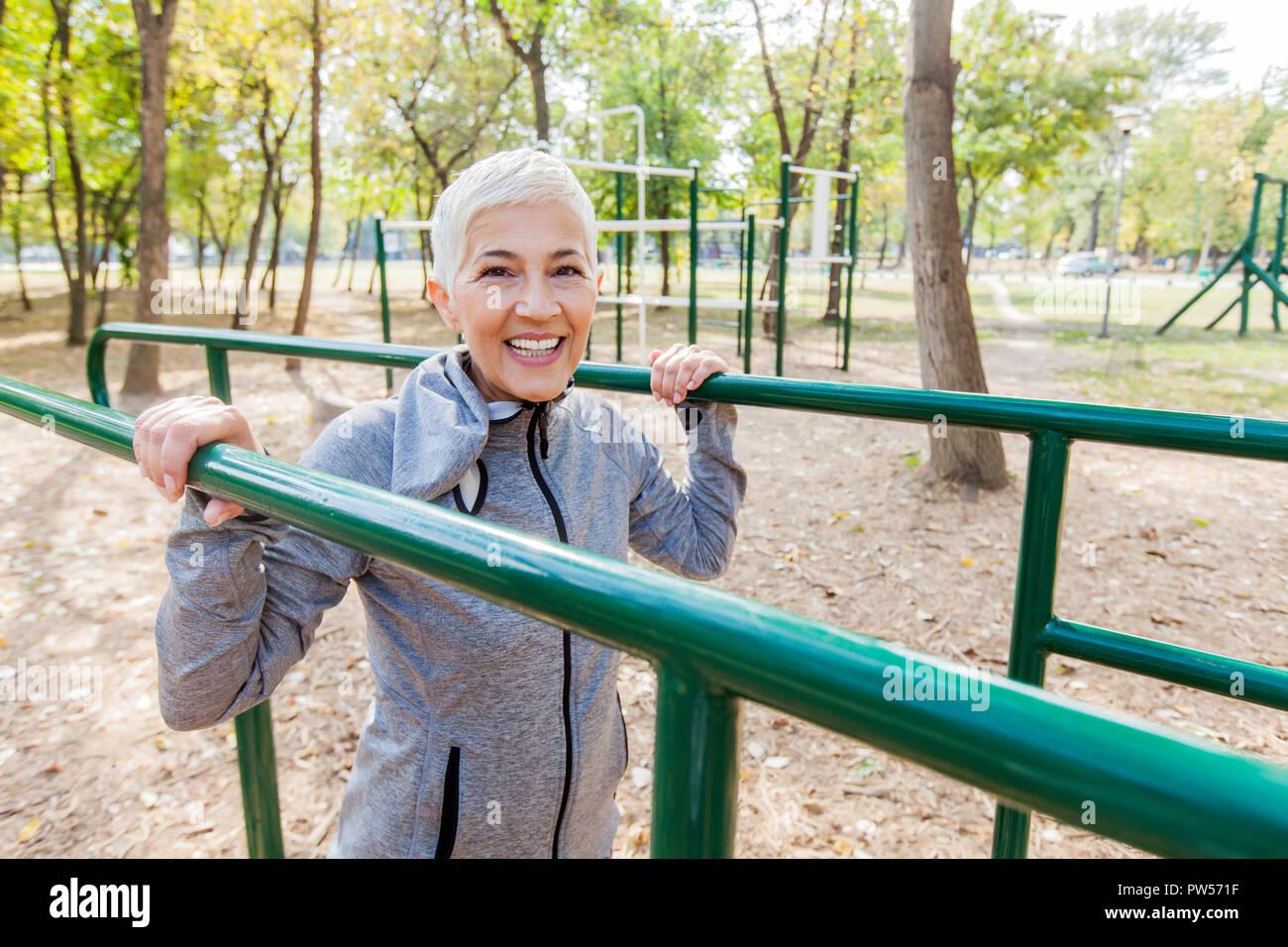 Active Senior Woman de l'exercice dans la salle de sport de plein air, mode de vie sain Banque D'Images