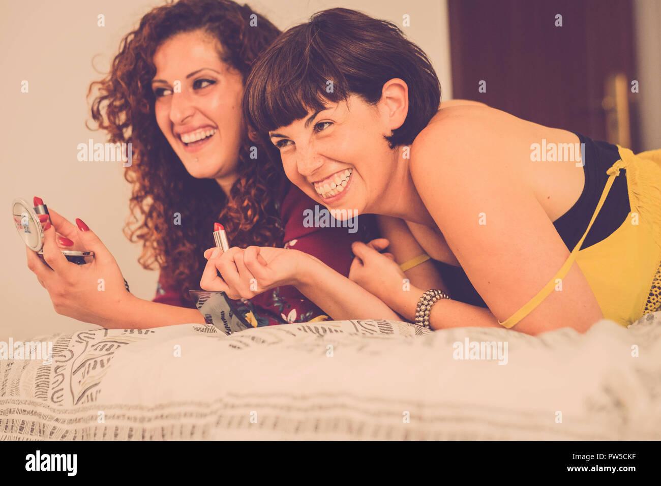 Faire Une Belle Chambre deux femmes amis restent ensemble sur le lit dans la chambre