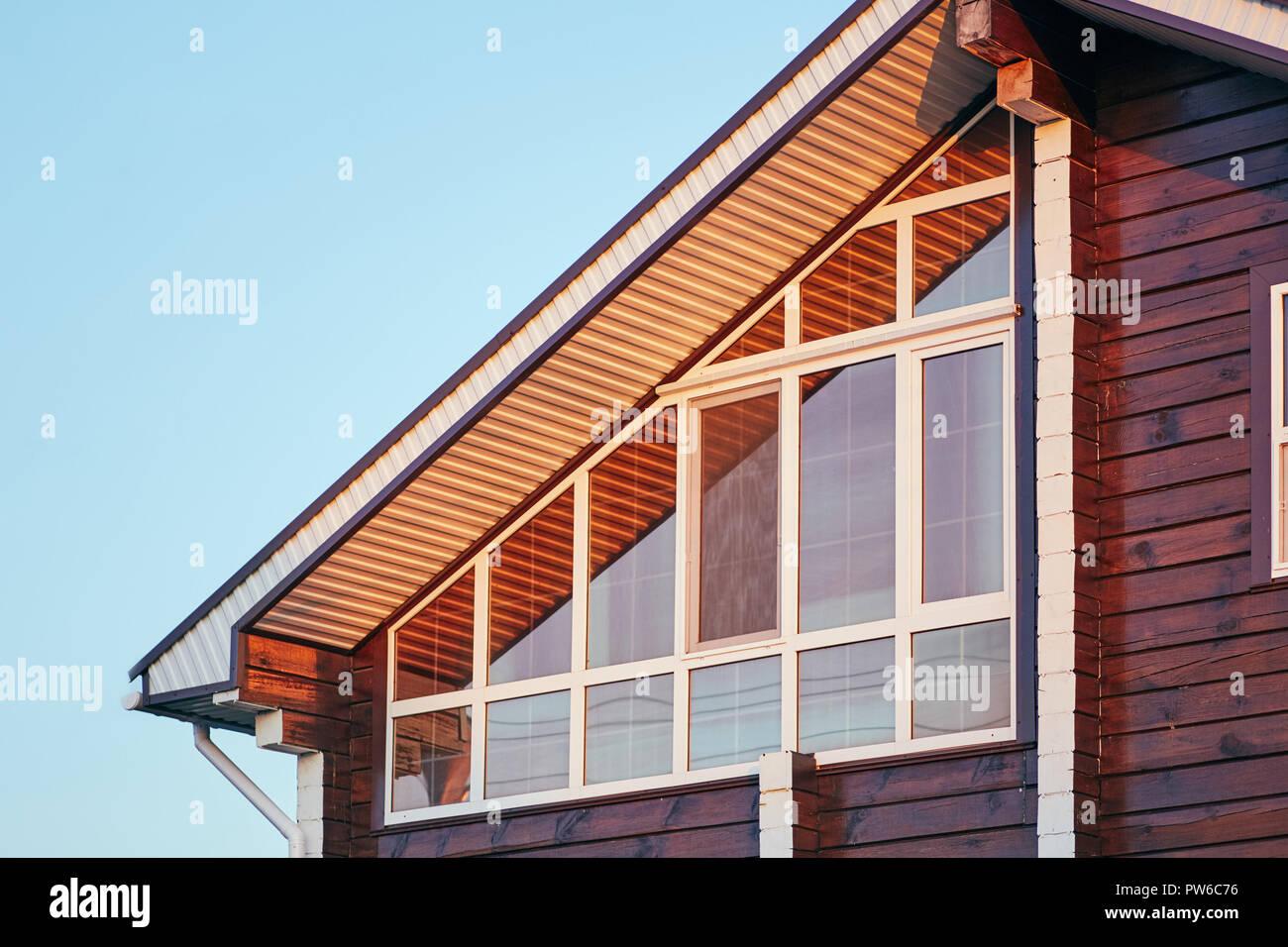 Partie de façade de maison moderne avec véranda vitrée Banque D ...